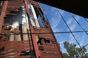 Fasaden och allt utom Nynäshamns gamla vattentorns innerkärna förstördes i en brand 21 maj.  Bilden togs ett par dagar efter branden.