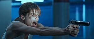 Linda Hamilton tränades av israeliska kommandosoldater för att på ett trovärdigt vis kunna spela rollen som Sarah Connor, en jungfru Maria som inte drar sig för att att använda skjutvapen. Foto: StudioCanal