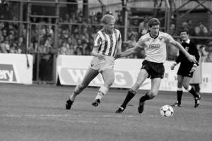 En 18-årig Siggi Jonsson i en match i Engelska ligan mot Oxford i augusti 1985. Siggi gjorde matchens enda mål, det första i hans ligakarriär.