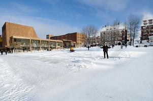 Tomt, platt och öde torg 2004. Nu började det smidas planer för att förändra Stortorget igen.