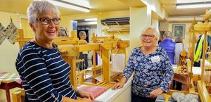 Carin Karlhager och Barbro Ohlers från vävstugan i Gagnef kunde hälsa stora skaror intresserade välkomna när de i lördags firade vävstugans 20-årsjubileum med ett öppet hus. Foto: Mats B Jansson