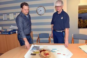 Niclas Lundqvist och Per Edvardsson, tittar på ritningen över Polarbröd i Bredbyn.