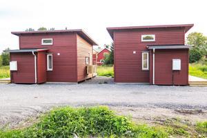 Attefallshus. 25 kvadratmeter stora med kökdsdel intill allrum, litet sovrum, litet badrum och ett sovloft med lågt i tak, inte ståhöjd och 10 kvadratmeter yta vid golvet.