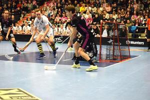 Emil Johansson försöker hitta Alexander Hallén i power play.