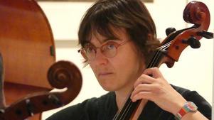 Mareike Fech Bormann spelar cello i Kamus. Foto: Jesper Lange