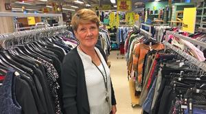 Gabriella Andersson, butikschef på Erikshjälpen, har märkt hur allt fler handlar på second hand.