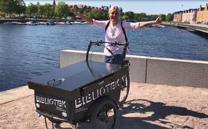 Pamela Berglund på den nya lådcykeln. Bild: Madelene Falkenström, Gävle kommun