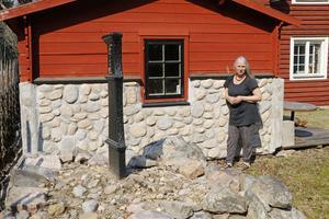 Lisa ville att nya uthuset skulle smälta in i miljön vid den gamla milstenen och gav det en gammeldags look med nya material.