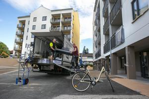 Bilar och lastbilar fick samsas när inflyttningen i Snedkanten drog igång på riktigt.