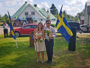 Ida Persson och Nils Göran Flink hyllar för sina insatser för bygden. Bild: Hans Wall