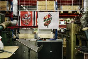 En pensionerad medarbetare var stort Modo-fan och företaget har låtit flaggorna hänga kvar.