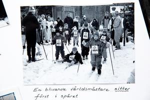 Den sittande pojken i mitten är Calle Halfvarsson. På dagen 16 år senare blir han juniorvärldsmästare i sprint.