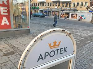 I Nynäshamns centrum finns en hel del gatupratare. Man får ha sådana, om man söker tillstånd hos polisen. Vissa skyltar har hängt med länge och är inte i toppskick.