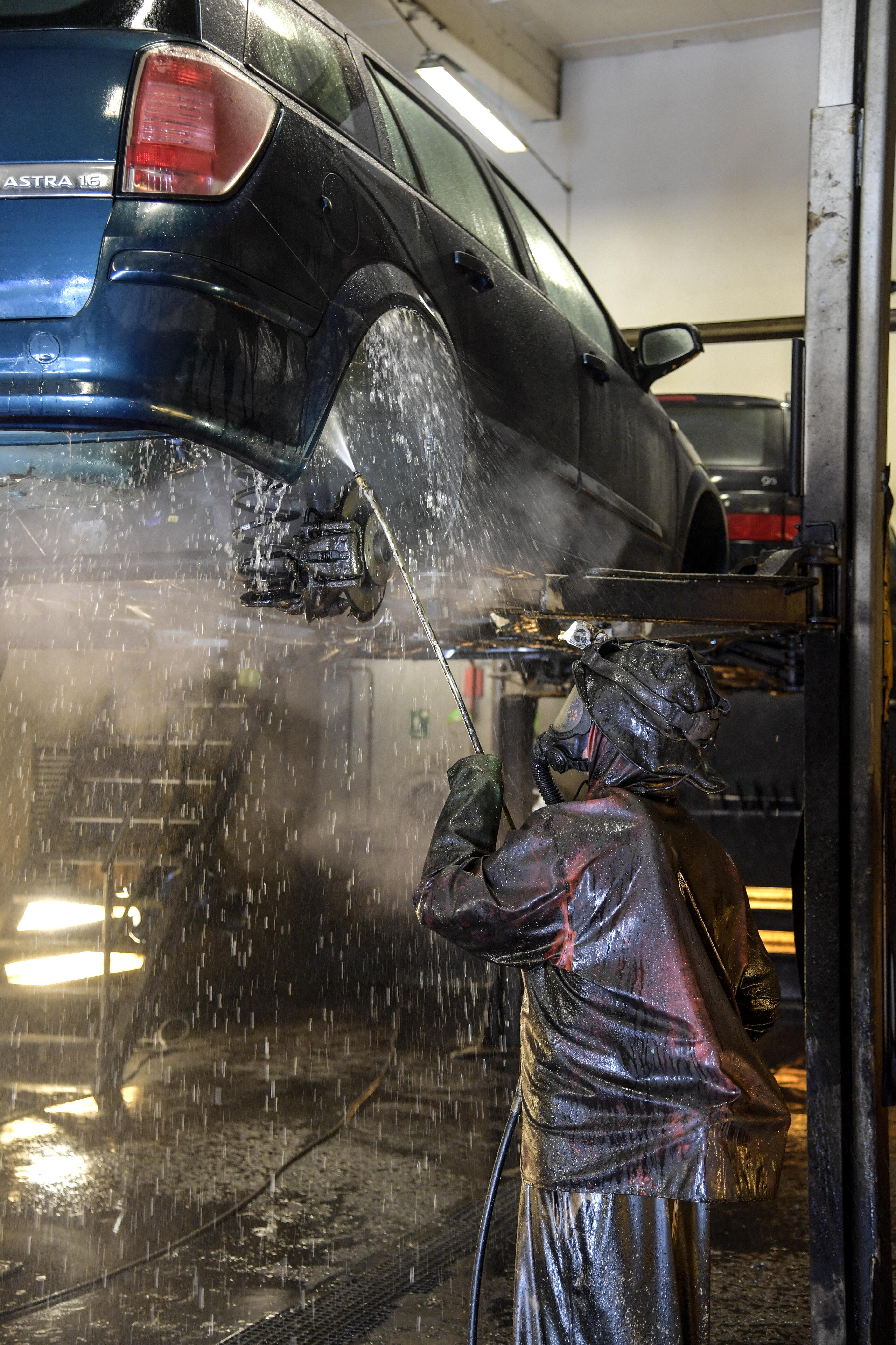 En bil tvättas innan rostskyddsbehanding. Foto: Anders Wiklund/ TT