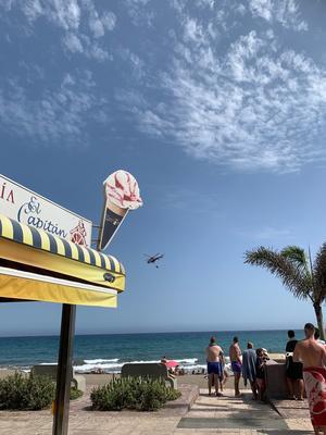 Helikoptrar syns hämta vatten från stranden.