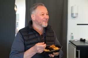 Sebastian Schauermann som har lagat mat i Nyhetsmorgon i TV4 och grundat den veganska snabbmatskedjan Taku-Taku listas som en av de bästa företagskommunikatörerna i landet.