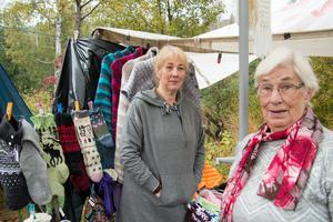Jeanette Eriksson och hennes mamma Inger har stickat intensivt inför marknaden. Främst har det blivit sockor, mössor och vantar.