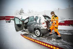 En bil som legat på taket i ett dike är inget att laga. Eva Blomqvist ser till att bilen kommer på rätt plats.