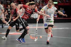 Elin Reinestrand i kamp om bollen med Iksus Frida Norström. Foto: Janerik Henriksson/TT