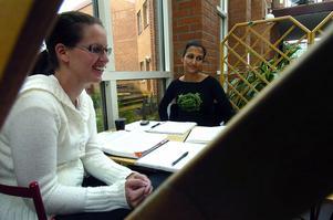 Låga krav. Viktoria Cildavil och Mia Tull tycker att det ställs för låga krav på högskolestudenter.