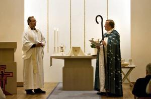 I Björsjökyrkan välkomnades Svenny Hellström som kyrkoherde i Bomhus församling av biskop Ragnar Persenius.