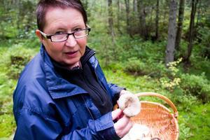 Birgit Lundgren har hittat en citronslemsskivling men är på jakt efter en rosenstenskivling.