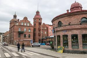 Den gamla brandstationen i centrala Sundsvall innehåller många verksamheter. Blomsteraffärer, kontor, restaurang och flera lägenheter.