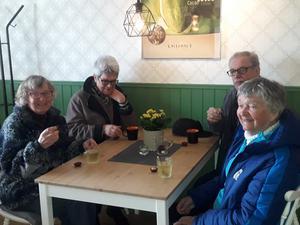 Från vänster: Birgitta Wedin, Gun Åsander, Mikael Högberg och Gun Edman låter sig väl smaka..