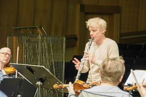 Nordiska Kammarorkestern repeterar med Martin Fröst i Tonhallen. Även världsklarinettisten Fröst är uppvuxen i länet.