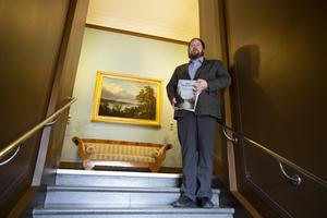 Det första man ser i rådhusets trapphus när man går upp till andra vången, är en stor målning av Albert Blombergsson. Lars Nylander uppskattar tavlans placering.