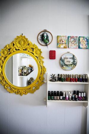 De små tavlorna på väggen är gjord av en tjej i USA.    – Mycket på väggarna är originalkonst som jag har bytt till mig. Det behöver inte vara dyrt för att vara unikt.
