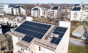 Marssolen strålar på solpanelerna på södertaken. Bostadsrättsföreningen Örebrohus 44 i Ladugårdsängen har numera 300 solpaneler som ger solel till lägenheterna. 2017 tog föreningen steget. Nu funderar man på att sätta solpaneler på ännu fler tak.