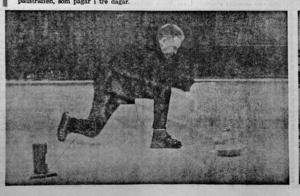 Fritidsnämndens ordförande Folke Bymark prövar isen i Sundsvalls curlinghall. ST 9 november 1968.