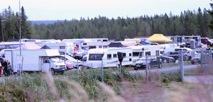 En tvådagarstävling innebär att många långväga gäster väljer att sova över på tävlingsområdet. Husbilar och husvagnar är då ett måste.