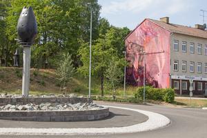 Målningen täcker en hel vägg intill rondellen i korsningen Bergslagsvägen/Kyrkogatan i Avesta.