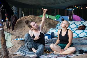 Mimmi och Felix diskuterar hur de kan utveckla sitt festivalläger.