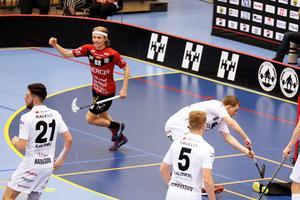 Jacob Embretzen gjorde fyra mål i playoffmatchen mot Ingarö när Örebro vann med 12–6 och är klart för innebandyfesten.