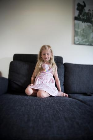 Stina, 7 år, önskar sig en basketboll, slime och ett bilgarage i födelsedagspresent.