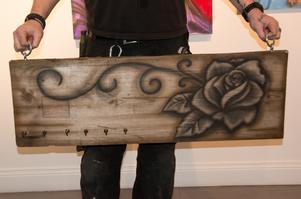 Klädhängaren som Tommie Nordlund gjort av en bit av ett gammalt loggolv.