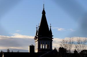 Gluggenhusets karakteristisk torn sägs vara en påbyggnad för att huset skulle fortsätta vara högst på Köpmangatan.