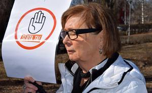 Agneta Fahleson-Ericsson protesterar vid kommunfullmäktiges sammanträde