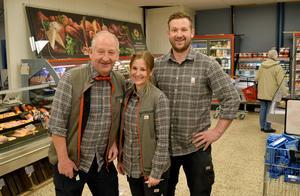 Handlaren Pär Hane med sina arvtagare och påläggskalvar Lisa och Oskar.