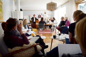 FI:s partiledare Gudrun Schyman på homeparty hemma hos partiets förstanamn i Sundsvall, Elin Lockneus som bor i Matfors.