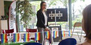 Ordförande i kultur- och samhällsservicenämnden, Marjo Myllykoski (M), klippte bandet med regnbågsflaggorna för att förklara Pride invigt.