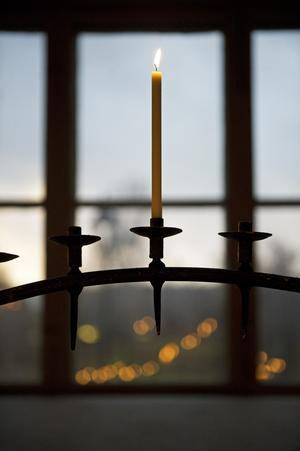 Många av kyrkorna är öppna för ljuständning under lördagen.