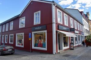 Den gamla träfasaden på huset i korsningen Fabriksgatan/Storgatan byttes till en fasad i modernt material.