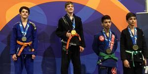 Isak Helin överst på pallen vid ungdoms-EM i brasiliansk jiu-jitsu på Irland. Foto: Privat