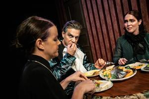Instängda i sociala mönster: Familjen Samsa spelad av Cecilia Wernesten, Björn Johansson och Niki Gunke Stangertz. Foto: Jenny Baumgartner