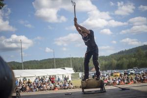 Med enorm kraft tar Emil Hansson sig an uppgiften. Foto: Privat.