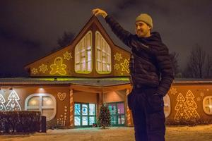 Oskar Andersson, montör på Printeliten i Falun, poserar glatt bredvid fasaden han både tillverkat och satt upp.